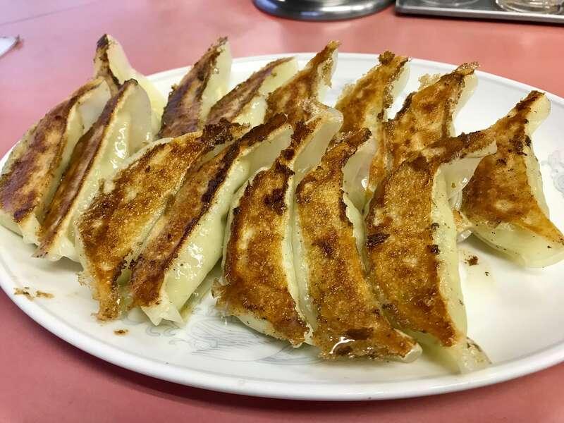 「【横浜飯店】甘みがあって食べやすい!安さも魅力の浜松餃子!」のアイキャッチ画像