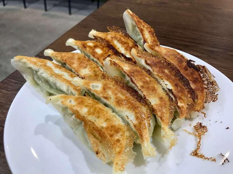 「【餃子の店 かめ】タレなしでも美味い!サクッと絶妙な焼き加減の浜松餃子!」のアイキャッチ画像