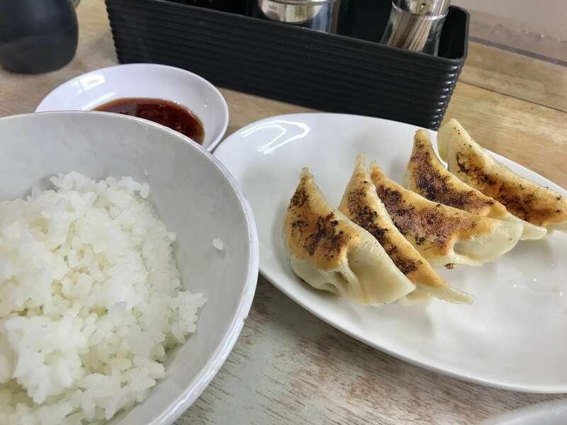 「【さいとうラーメン店】ずっしり厚めの皮とニンニクが効いた浜松餃子!」のアイキャッチ画像