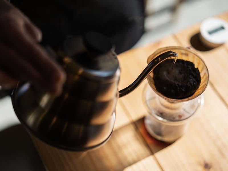 「鴨江珈琲|確かなコーヒーとアーティストライブも楽しめる住宅街の隠れ家的カフェ」のアイキャッチ画像