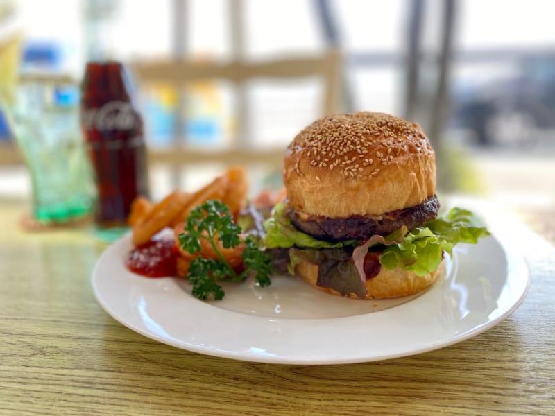 「トヤママリン|猪鼻湖を一望しながら食べられる三ケ日牛バーガー」のアイキャッチ画像