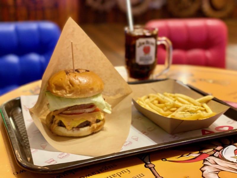 「ビストロサーカス|まるで海外テーマパーク!世界観たっぷりのJR高架下ハンバーガーショップ!」のアイキャッチ画像