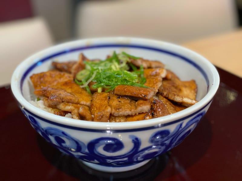 「浜松とんとん庵 手軽に食べられる炭火焼豚丼専門店が有玉にオープン!」のアイキャッチ画像